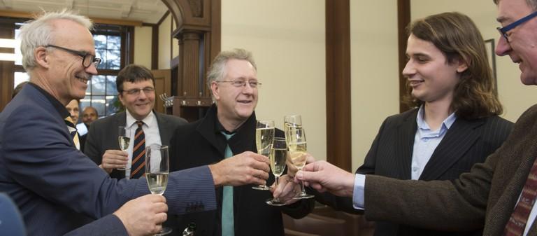 (v.l.n.r.): Kanzler Dr. Lutz und Rektor Prof. Hoch stoßen mit Preisträger Prof. Peter Scholze und Forschungs-Prorektor Prof. Andreas Zimmer an; Foto: Barbara Frommann / Uni Bonn