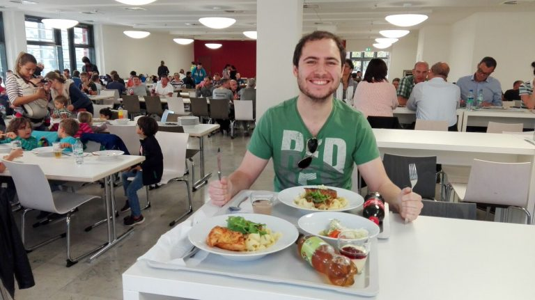 Auslandstutor Jan genießt das Essen.  Bild: Désirée Wilde/bonnFM