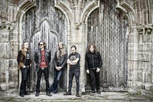 Ganz rechts im Bild: Gitarrist Fredrik Åkesson. Bild: © Nuclear Blast