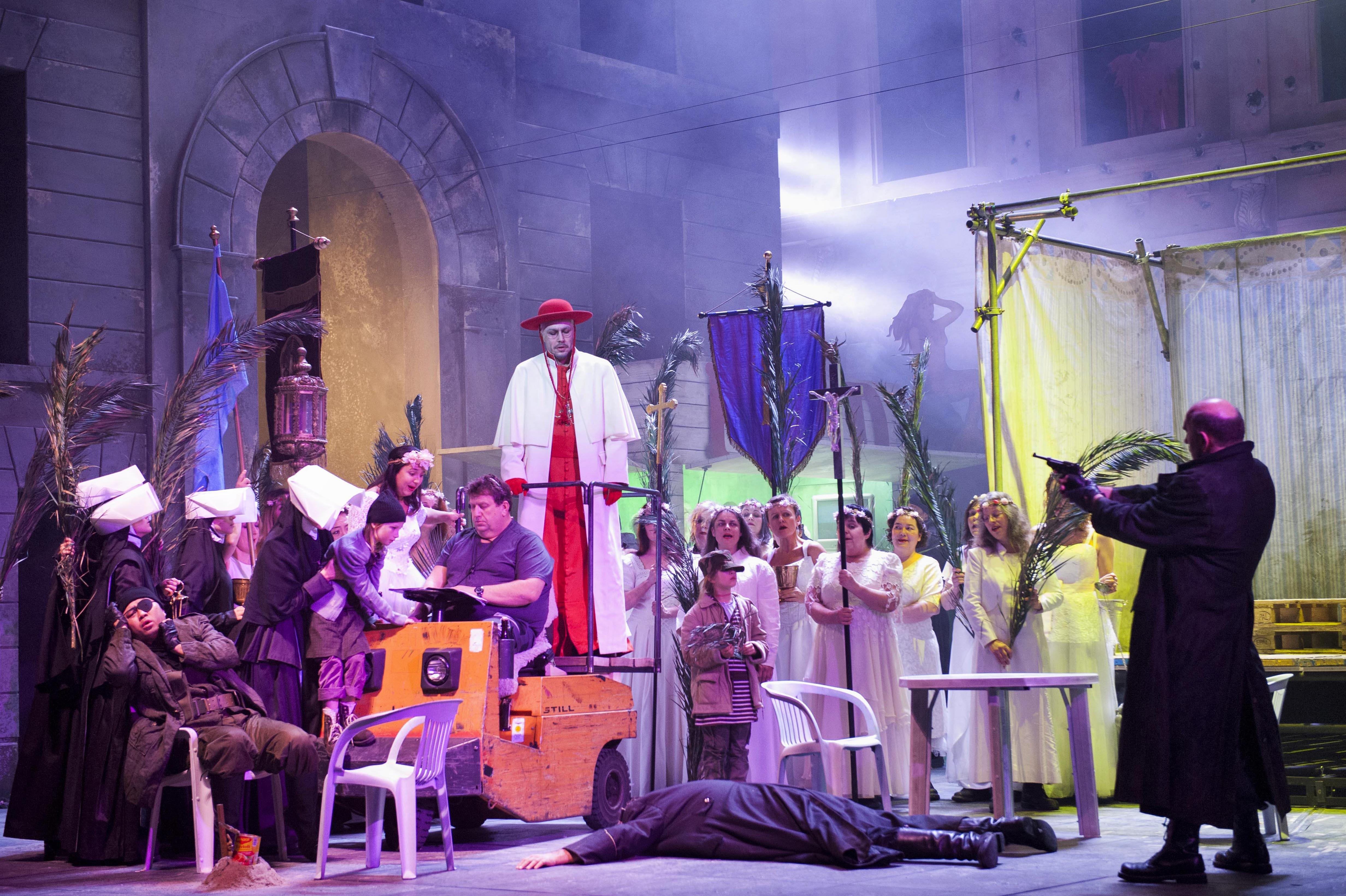 Papst Leo I. flitzt auf einem Bühnenarbeiter-Buggy in die Szenerie. Bild: Thilo Beu