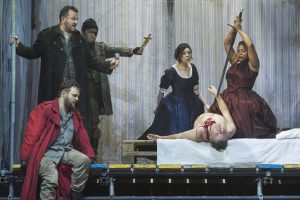 Odabella (Yannick-Muriel Noah) tötet Attila (Franz Hawlata). Bild: Filip Van Roe