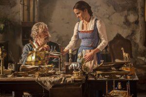 Belle(Emma Watson) mit ihrem Vater Maurice (Kevin Kline)