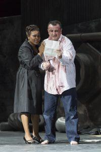 Bild:  Thilo Beu | Yannick-Muriel Noah & George Oniani als TOSCA und CAVARADOSSI