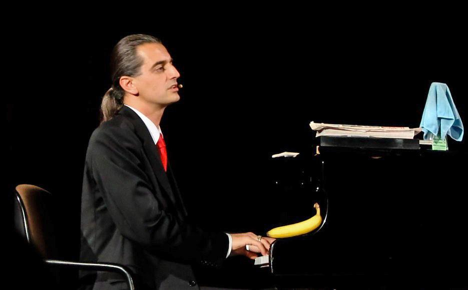 Hagen Rether ertappt die Philharmonie
