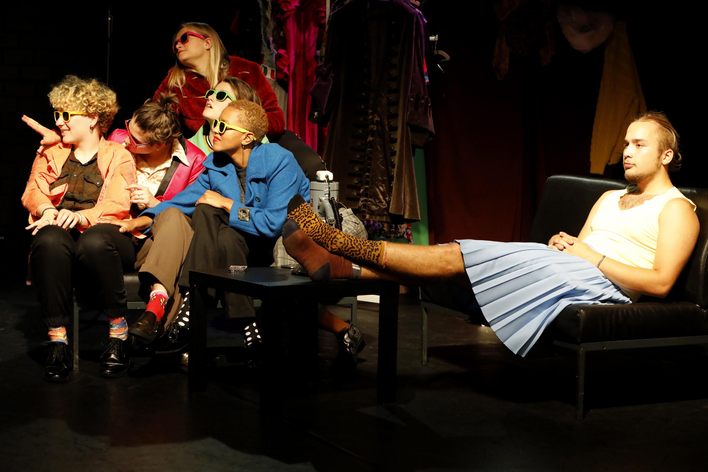 """""""Ich bin nicht was ich bin"""" – """"Glänzende Aussichten"""" feiert Premiere im Theater Marabu"""