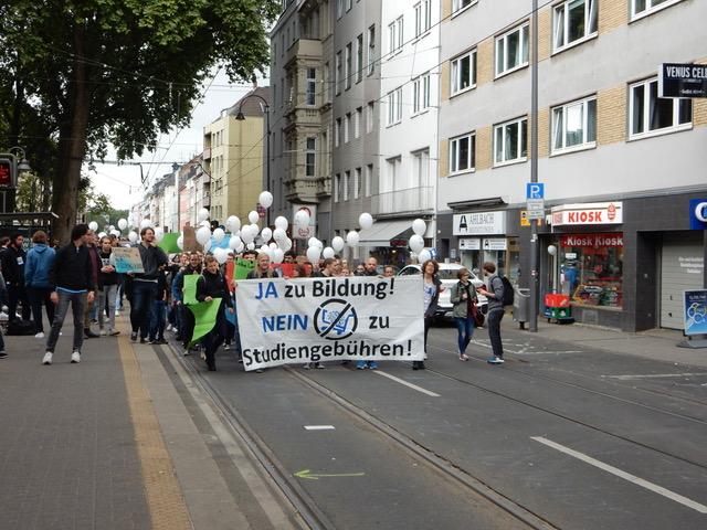 Studierende gehen gegen Anwesenheitspflicht und Studienverlaufsvereinbarungen auf die Straße