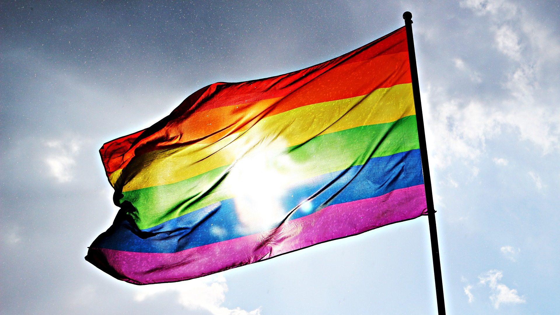 queer um vier: Wir sind hier, wir sind queer.